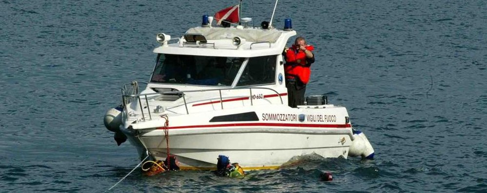 «Un corpo senza vita nel lago» Recuperato cadavere a Costa Volpino