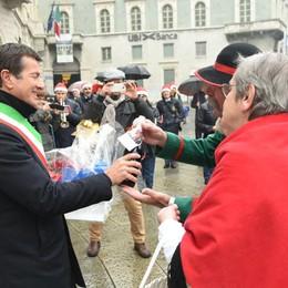 Un water per bambini e un rimorchio I regali del Duca di piazza Pontida - Video