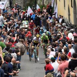 Giro di Lombardia, Chaves brucia Rosa Splendida folla a Bergamo - Foto e video