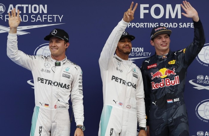 Hamilton al centro, alla sua destra Rosberg e alla sua sinistra il giovane Verstappen