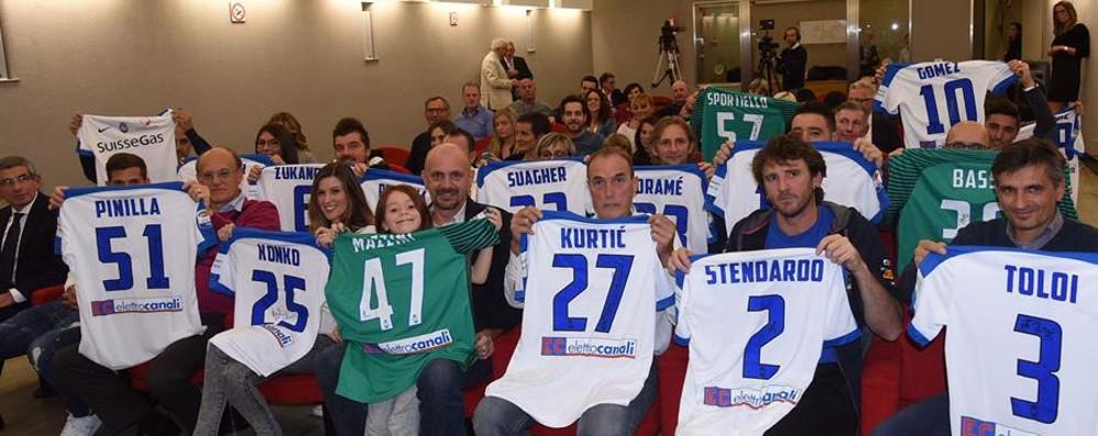 Atalanta,  le maglie ai vincitori dell'asta Raccolti 8 mila euro per i terremotati - Foto