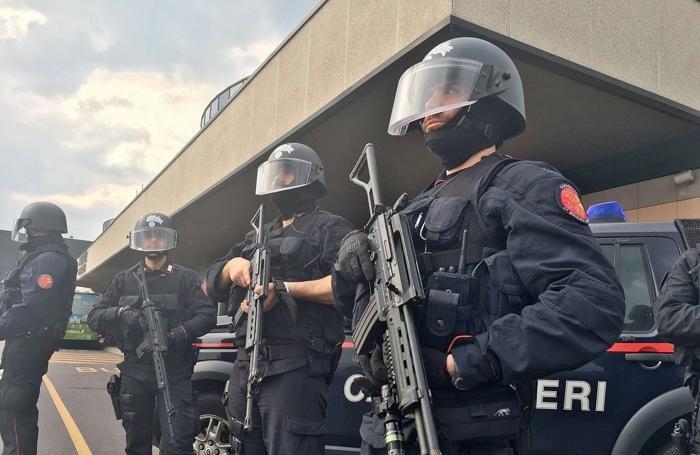 I carabinieri della squadra Sos di fronte all'aeroporto di Orio alo Serio