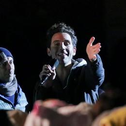 Mika star sotto la pioggia ricorda Fo Pigiama party in Città Alta- foto/video