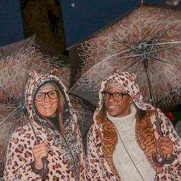 Pioggia e freddo non fermano i fan In pigiama al Mika show  - foto e video