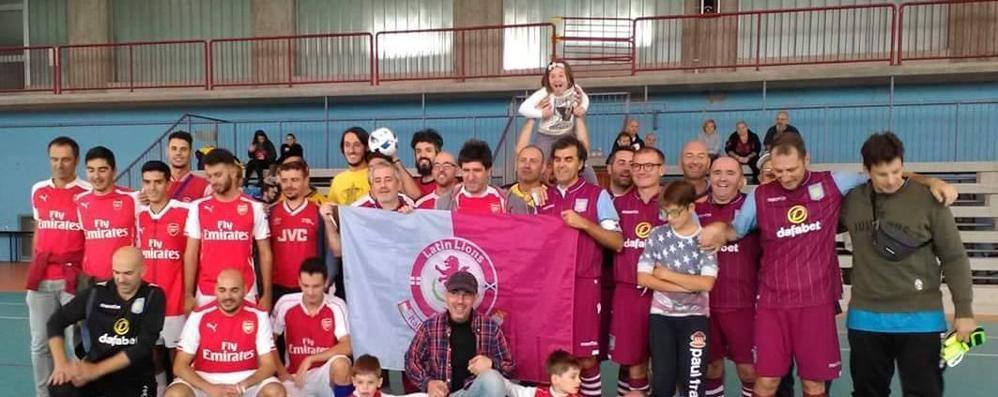 Tifosi «Premier», sfida sul campo e al pub A Comun Nuovo vince la solidarietà