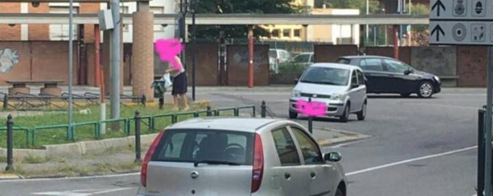 Abbandona sacchetto, 200 euro di multa E il Comune pubblica la foto su Facebook
