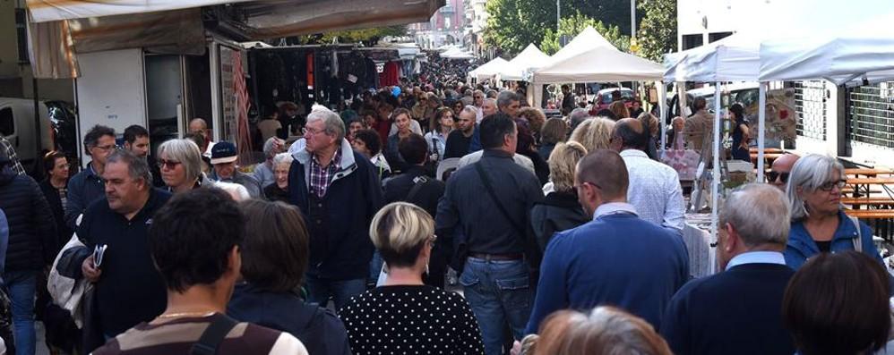 Bergamo col sole (e il traffico) - foto Folla in Città Alta, è record in via Mai