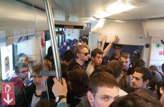 Pendolari ammassati sul treno nella tratta ferroviaria Lecco-Bergamo di Trenord