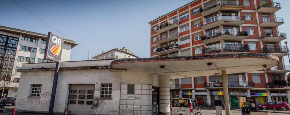 Un pezzo della storia di Bergamo Giù il distributore di via Baschenis