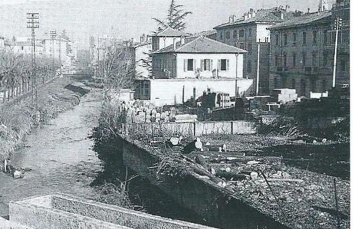 La zona di via Battisti prima della costruzione del palazzetto e della copertura del torrente Morla