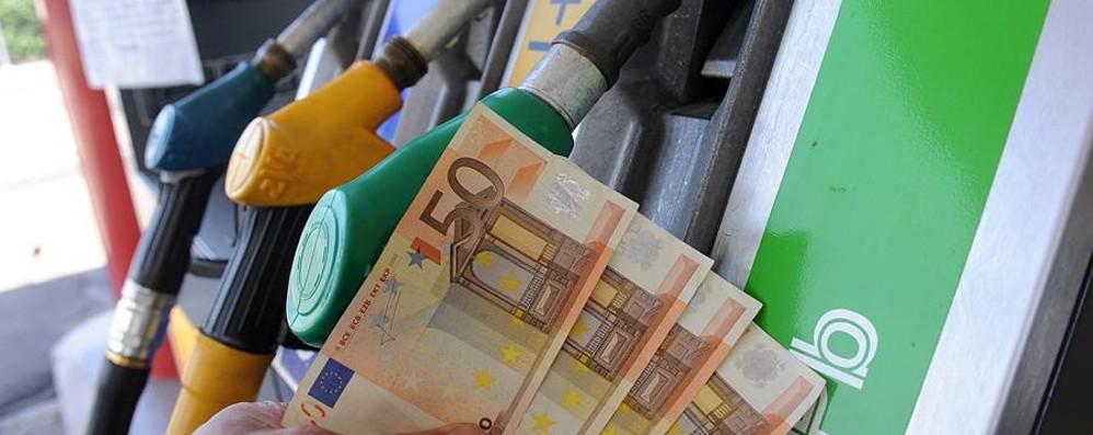 Solito «ritocchino» alle accise Dal 2017 benzina e diesel più cari