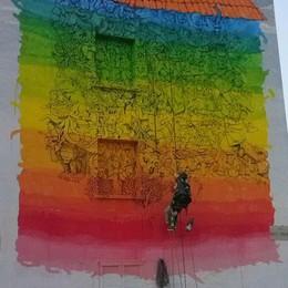 Un murale del writer Blu alla Celadina «Un tetto per tutti, regalo per Bergamo»
