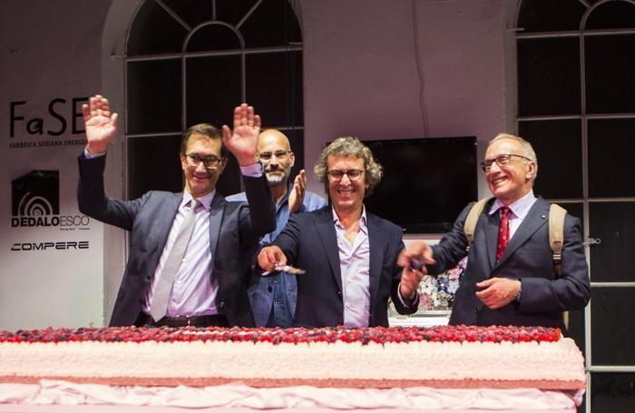 Il taglio della torta: da sinistra Stefano, Andrea, Fabio e Silvio Albini