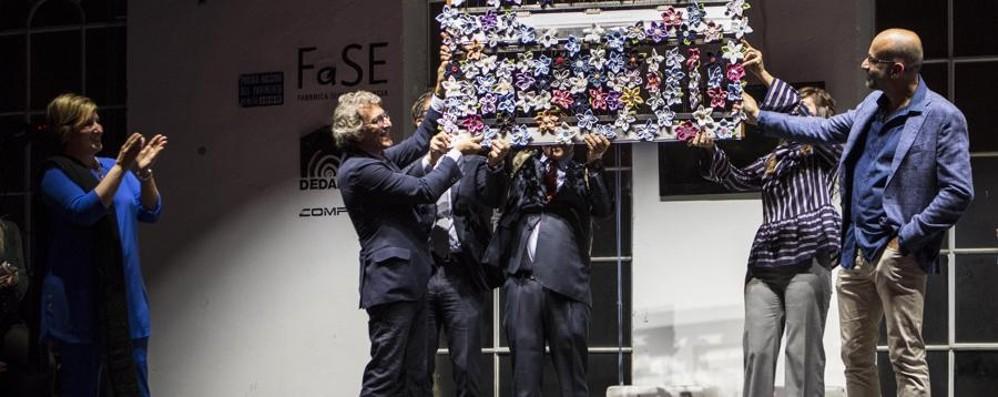 Quando sono i lavoratori a far gli auguri Albini, in regalo 140 fiori di tessuto