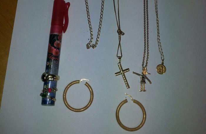 Catenine d'oro e anche alcuni orecchini, anch'essi d'oro