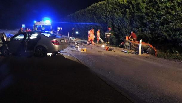 Auto crivellata e ribaltata, 2 morti