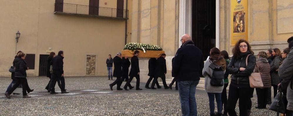 In mille per l'addio a Gianluca «Abbiamo visto il suo amore»