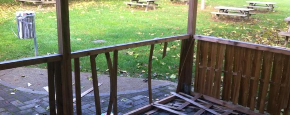 Vandali al parco Finibondo di Albino - Foto Distrutte le strutture, 2500 euro di danni