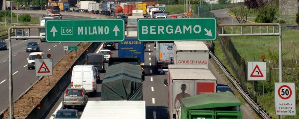 Lavori in A4, si rifà la pavimentazione Chiusi i caselli di Bergamo e Dalmine