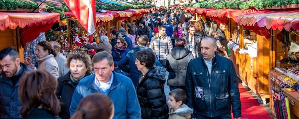 A Bergamo torna il Villaggio di Natale Le casette di legno in piazzale Alpini