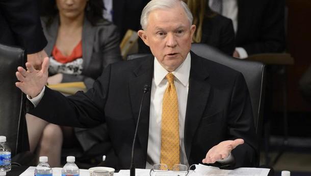 Accuse razzismo a Sessions, dem accusano