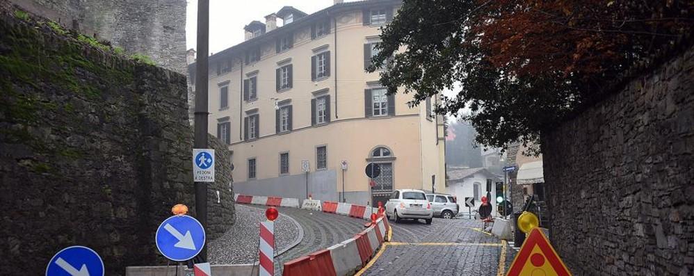 Via San Lorenzo, c'è una crepa nel muro Esposto dei residenti e senso alternato