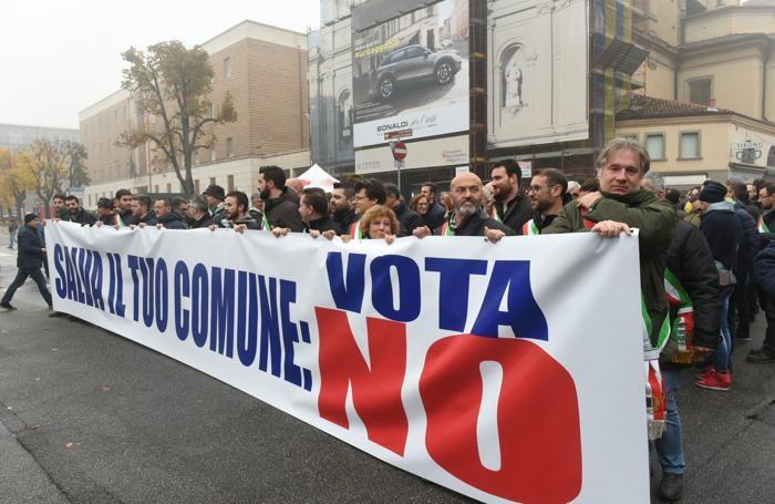 Amministratori locali in corteo per il No al referendum