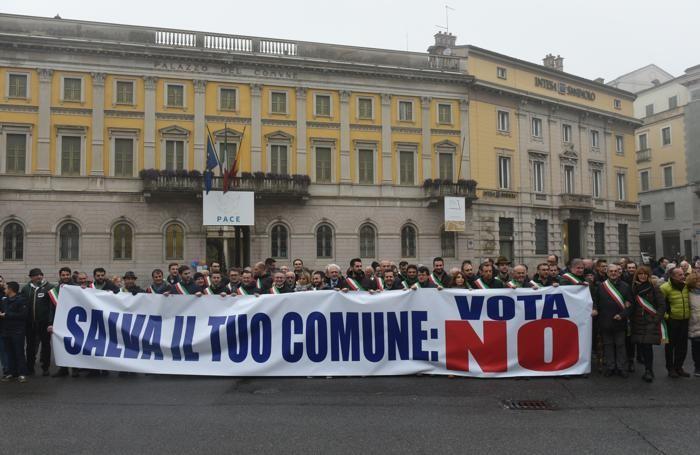 Manifestazione per il No di fronte a PalaFrizzoni