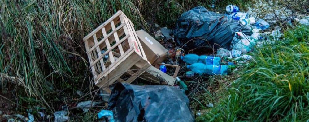 Rifiuti, Bergamo taglia la pattumiera Ma aumentano quelli abbandonati