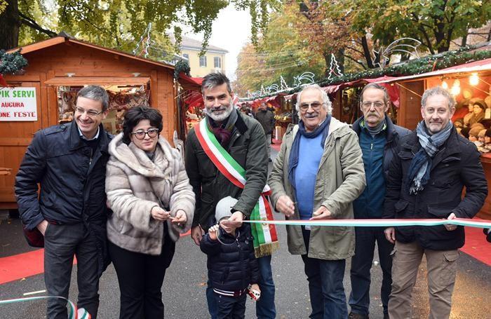 L'inaugurazione del Villaggio di Natale con i rappresentanti di Cofesercenti  e il vicesindaco Sergio Gandi
