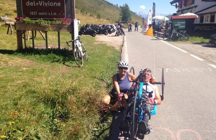 Franco Tonoli in handbike al Passo del Vivione con la moglie Ileana