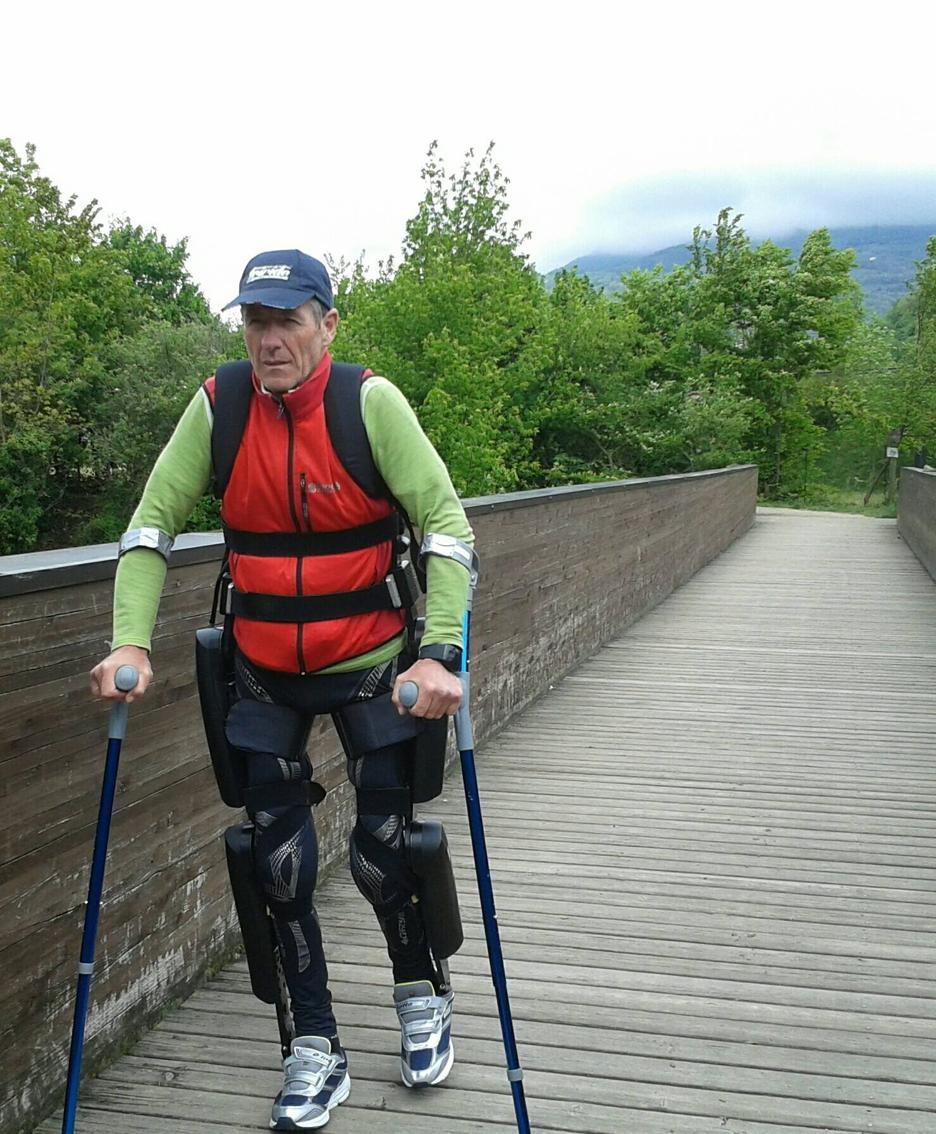 Franco Tonoli con l'esoscheletro ReWalk lungo la pista ciclabile della Valle Seriana