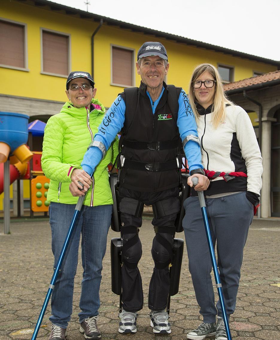 Franco Tonoli con l'esoscheletro ReWalk insieme alla moglie Ileana e alla figlia Valeria