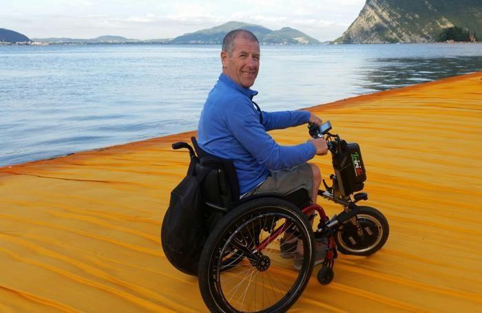 Franco Tonoli sulla passerella di Christo in carrozzina, con montato l'innovativo Triride