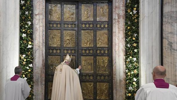Papa chiude porta santa di S.Pietro