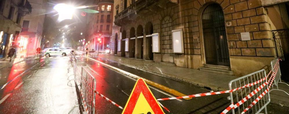 Cadono calcinacci dall'ex-teatro Nuovo Bergamo, transennata a strada- Video