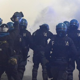 Il video delle sprangate dei romanisti La polizia interviene, poi l'esplosione