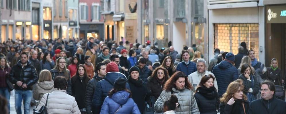 Istat, italiani soddisfatti della loro vita Tra i problemi criminalità e inquinamento
