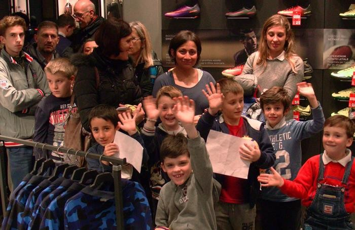 Mamme e bambini in coda per incontrare Berisha