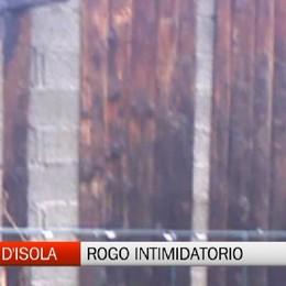 Terno d'Isola: bruciata la casetta in legno dentro al parco. Atto intimidatorio