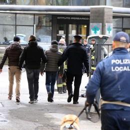 Blitz a Zingonia, 3 kg di hashish - Foto I carabinieri trovano mannaie e coltelli