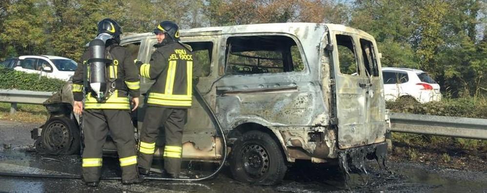 Furgone va a fuoco a Grassobbio - foto Asse interurbano bloccato, alte fiamme