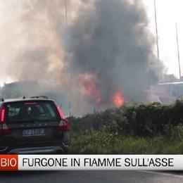 Incendio sull'asse, brucia il furgone di un pasticciere