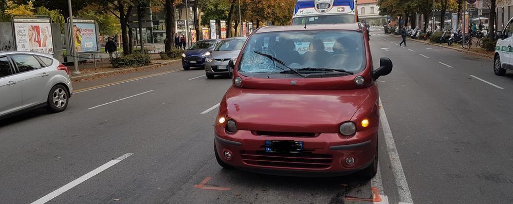 Quindicenne travolto da due auto mentre attraversa viale Papa Giovanni