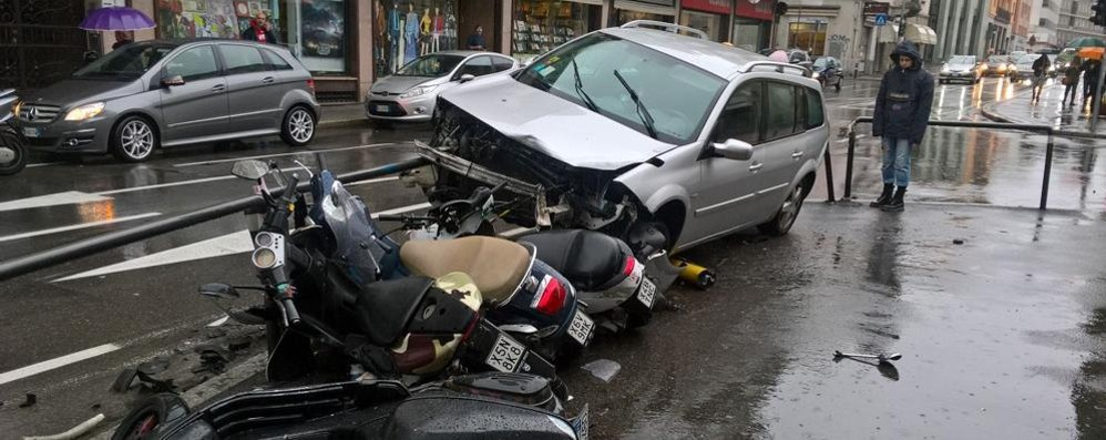 Auto fa «strike» ... di motorini -Foto Bergamo, botto fuori dal Lussana