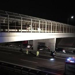 Calcinacci dal cavalcavia sull'A4 Rimosse le parti danneggiate del ponte