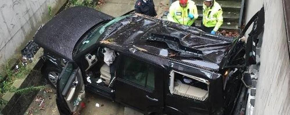 Manovra sbagliata nel parcheggio Auto vola per 8 metri, due feriti gravi