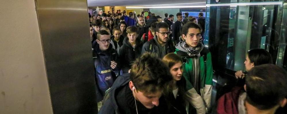 Stazione, guasti tutti gli ascensori - foto Deposito bagagli fermo, caos sottopasso