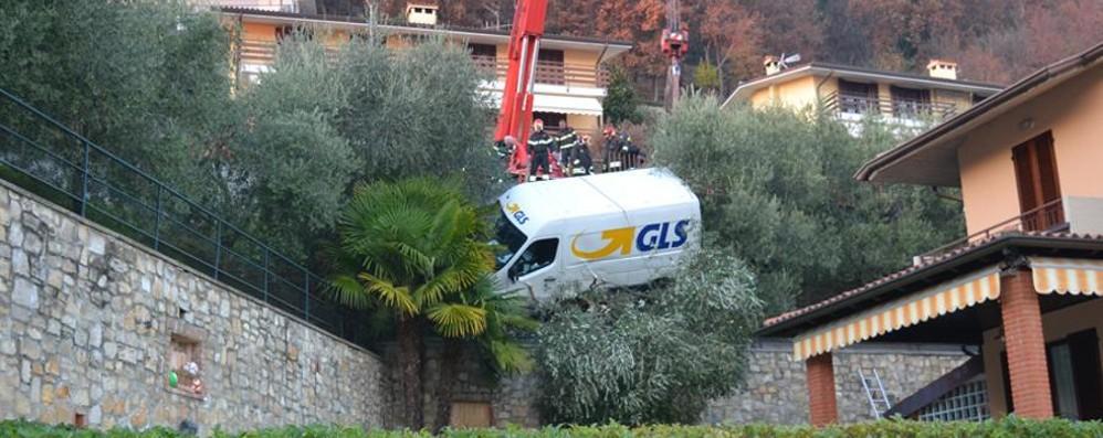 Furgone «piomba» in un giardino Spettacolare incidente a Sarnico -Foto