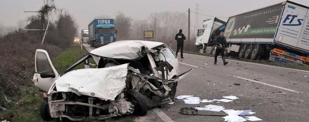 Schianto frontale contro un camion Muore 51enne bergamasco